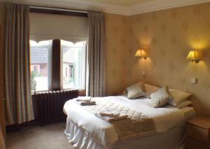 A bed or beds in a room at Tayside Hotel