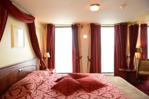 Een bed of bedden in een kamer bij Amrâth Grand Hotel de l'Empereur