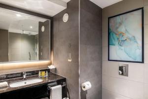 حمام في Hilton Garden Inn London Heathrow Terminal 2 and 3