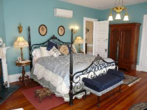 A bed or beds in a room at Berkeley House Bed & Breakfast
