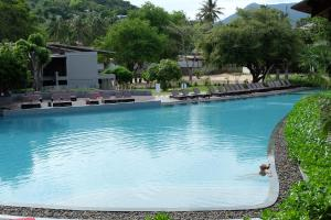 The swimming pool at or close to Koh Ma Beach Resort