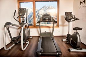 Das Fitnesscenter und/oder die Fitnesseinrichtungen in der Unterkunft Hotel Schöne Aussicht