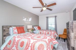 A bed or beds in a room at Stunning 5 Bed Townhome On A Resort 1566 Cpc Townhouse