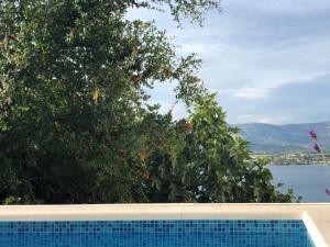 Bazén v ubytovaní Garden Apartment near Trogir, with Swimming Pool and Barbecue Area alebo v jeho blízkosti