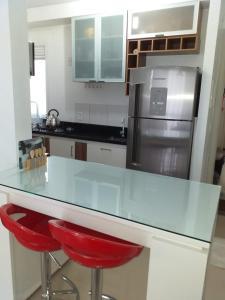 A kitchen or kitchenette at excelente apto totalmente mobiliado