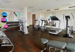 The fitness centre and/or fitness facilities at Courtyard by Marriott Cologne