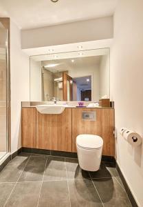 A bathroom at Park Regis Birmingham