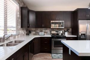 A kitchen or kitchenette at Paradise Escape #11