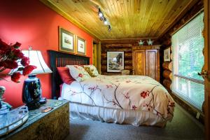 A bed or beds in a room at Shambhala Bed and Breakfast