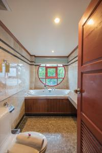 A bathroom at Mac Resort Hotel