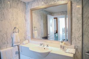 A bathroom at Superior Kent Street Apartments
