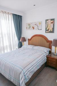 A bed or beds in a room at Superior Kent Street Apartments