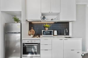 A kitchen or kitchenette at Melbourne City, Modern and Quite Apt VME031