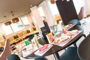A restaurant or other place to eat at ibis styles Dax Miradour