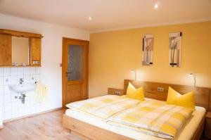 A bed or beds in a room at Haus Gunda