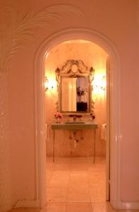 Ein Badezimmer in der Unterkunft Graycliff Hotel