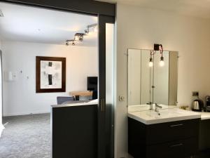 Salle de bains dans l'établissement Chambres de l'Artémise & Spa