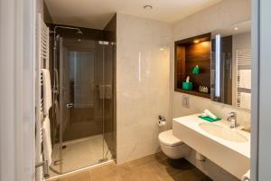 A bathroom at Fraser Suites Hamburg