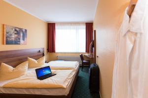 Ein Bett oder Betten in einem Zimmer der Unterkunft Stadt-gut-Hotel Westfalia