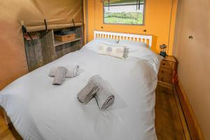 A bed or beds in a room at Valleyside Escapes