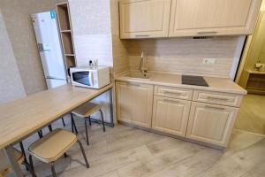 A kitchen or kitchenette at Apartment on Shevchenko 65