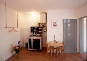A kitchen or kitchenette at The One Roomed Guesthouse