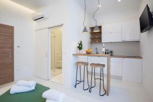 A kitchen or kitchenette at Twins Idola Apartments