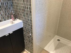 A bathroom at Log Cabin single accommodation