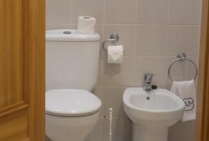 A bathroom at Apartments Madeira Santa Maria