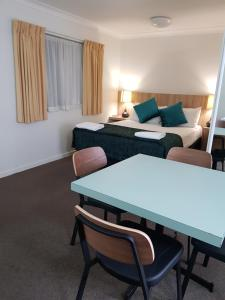 A bed or beds in a room at Earls Court Motel & Apartments