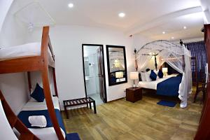 A bunk bed or bunk beds in a room at Colombo Villa at Cambridge Place