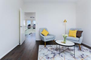 A seating area at LaVie Waterfront House - 4 Master Rooms