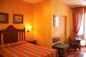 A bed or beds in a room at Balneario de Alhama de Granada