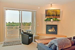 A seating area at Outlook Condos at Oyhut Bay