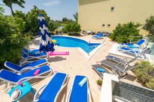 Widok na basen w obiekcie Apartments Petra lub jego pobliżu