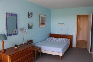 A bed or beds in a room at Saint Philibert à 2 pas de la mer