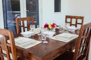 Um restaurante ou outro lugar para comer em Villa Porto Marie