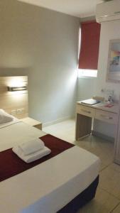 Een bed of bedden in een kamer bij Luna Holiday Complex