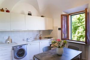 A kitchen or kitchenette at Appartamento I Giardini del Teatro