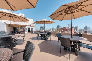 A restaurant or other place to eat at Gaslamp Plaza Suites