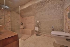 A bathroom at Local Cave House Hotel