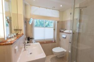 A bathroom at Romantik Hotel Namenlos