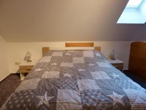A bed or beds in a room at Auf der Heide