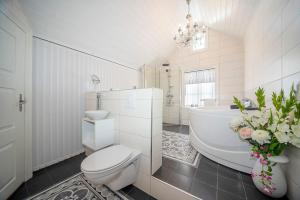 A bathroom at Lundins Sommerhotell