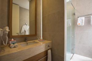 A bathroom at HARRIS Hotel & Conventions Malang