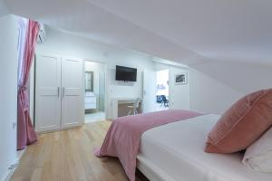 A bed or beds in a room at Vista deluxe apartment