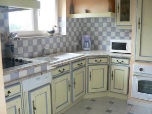 A kitchen or kitchenette at Gite de la Lisière du Bois