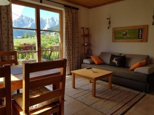 Ein Sitzbereich in der Unterkunft Appartements gosaukamm.com