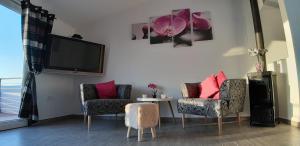 A seating area at Beach Apartments Maris