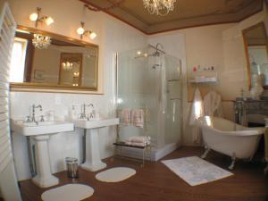 A bathroom at Château Coquelicot